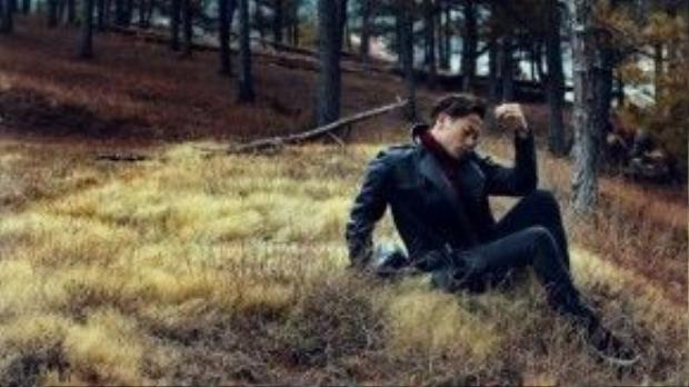 Khung cảnh trong bộ hình giúp người xem cảm nhận được không khí mùa thu đang tràn về, thể hiện rõ nhất qua cách anh chọn lựa màu sắc trong trang phục và bối cảnh, như đỏ cam của áo, vàng của cỏ úa.