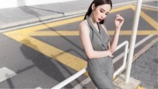 Bí kíp để quyến rũ với cách trang điểm đẹp dù chỉ mặc trang phục một màu đơn giản của cô nàng đó là màu mắt khói bạc nhấn đen đầy tinh tế cùng bở môi đỏ cherry cực gợi cảm.