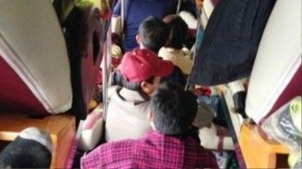 Hành khách trên xe UN-45… từ Lào về, bị nhồi nhét phải ngồi trên lối đi.