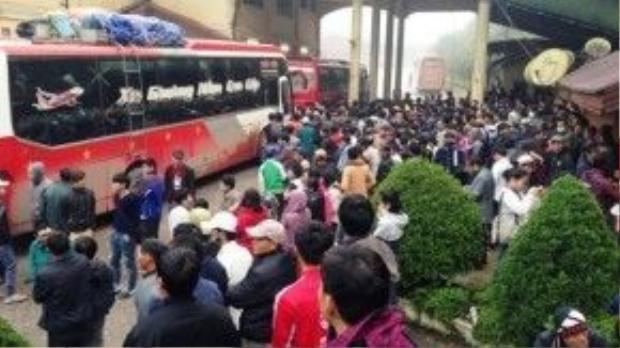 Hàng trăm người chen chúc làm thủ tục nhập cảnh vào Việt Nam tại cửa khẩu quốc tế Nam Pao, Lào.