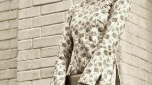 Màu ảnh trắng đen, áo dài theo phong cách xưa cũ kết hợp, kiểu trang điểm nhẹ nhàng kết hợp cùng tóc đuôi ngựa thấp gọn gàng, Tăng Thanh Hà đẹp dịu dàng, gợi đầy hoài niệm…
