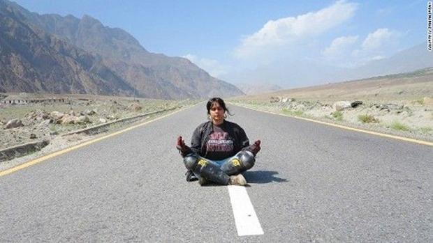 Phượt vòng quanh thế giới một mình bằng xe máy như nữ 9X Pakistan
