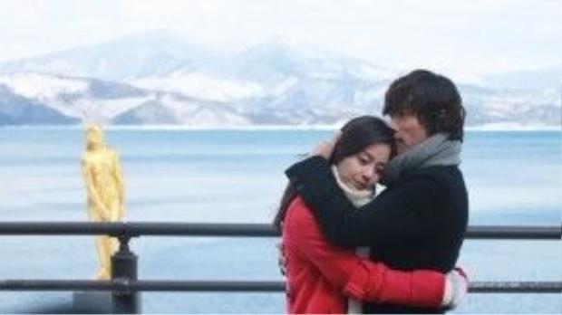 """Màn ôm ấp trước ngọn núi phủ tuyết của Kim Hyun Joon (Lee Byung Hun) và Choi Seung Hee (Kim Tae Hee) trong """"Iris"""" (Mật danh Iris) đã để lại ấn tượng sâu sắc trong lòng khán giả xem đài."""