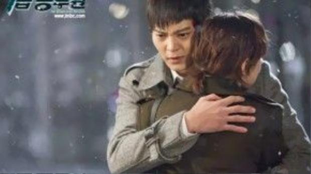 """Trong """"7th Grade Civil Servant"""" (Đặc vụ cấp 7), Han Gil Ro (Joo Won) và Kim Seo Won (Choi Kang Hee) đã có màn ôm ấp lãng mạn dưới trời tuyết."""