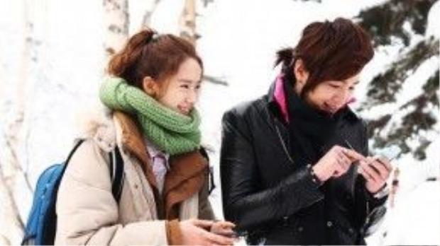 """Nụ cười rạng rỡ của Seo Joon (Jang Geun Suk) và Jung Hana (Yoona) trong """"Love Rain"""" (Cơn mưa tình yêu) làm sáng bừng một khoảng trời mùa đông."""