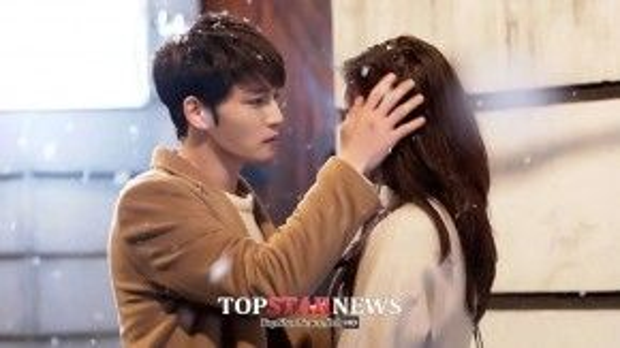 """Trong """"Spy"""" (Điệp viên), Kim Sun Woo (Kim Jae Joong) đã dành cho người đẹp Lee Yoon Jin (Go Sung Hee) cử chỉ tình cảm ngay giữa trời mùa đông đầy tuyết."""