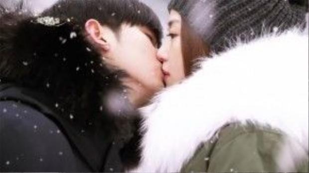 """Nụ hôn tuyết rơi của cụ giáo Do Min Joon (Kim Soo Hyun) và minh tinh Trái Đất Chun Song Yi (Jeon Ji Hyun) từng một thời khiến người hâm mộ """"Man from the Stars"""" (Vì sao đưa anh tới) phát sốt."""