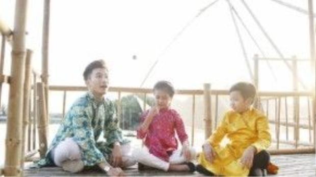 Nam ca sĩ được quay về với thời thơ ấu khi cùng chơi các trò chơi dân gian thuở bé.