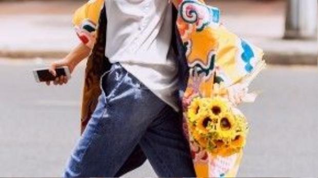 Vốn yêu thích sự phá cách trong thời trang, ca sĩ Đoan Trang đã khoác lên mình chiếc áo gấm cách điệu của nhà thiết kế Thuỷ Nguyễn kết hợp cùng trang phục trẻ trung, năng động của Salvatore Ferragamo, Versace Jeans,… để xuống phố mùa xuân đón sinh nhật (4/2) của mình.