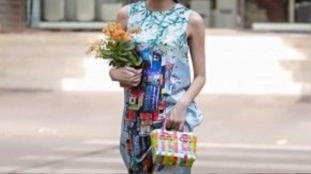 Người mẫu-BTV thời trang Thanh Trúc xuống phố du xuân với nguyên cây sắc màu hoạ tiết pop-art không bao giờ lỗi thời. Mấn đội đầu mang bản sắc văn hóa Việt càng khiến cô thêm nổi bật.