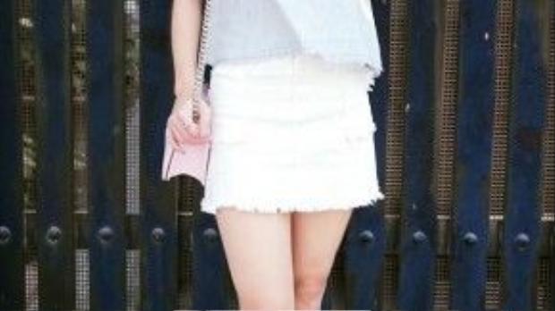 Diễn viên-ca sĩ Minh Hằng trông cá tính với mái tóc tém màu hung đỏ, trang phục đơn giản, tươi trẻ cùng chiếc túi chanel boy gam hồng thạch anh- xu hướng hot nhất hiện nay
