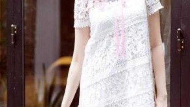 Hoa hậu Trúc Diễm lại tươi tắn với chiếc đầm ren trắng dáng suông tạo sự thoải mái. Trông cô nàng nền nã, cổ điển nhưng lại hút mắt người nhìn.