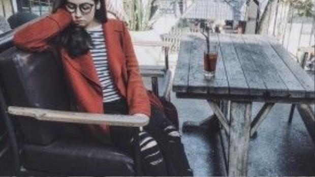 Á Hậu Tú Anh lại bụi phủi với quần jeans rách, áo thun kẻ sọc và giày thể thao. Người đẹp thu hút mọi ánh nhìn khi chọn cho mình chiếc áo khoác măng tô màu đỏ đơn sắc, một trong những xu hướng nổi bật trên đường phố mùa này.