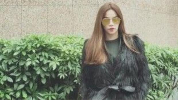 Nữ hoàng giải trí Hồ Ngọc Hà lại có dịp làm việctại miềnBắc. Với khí trời se lạnh, bà mẹ một con đã chọn cho mình chiếc áo khoác lông thời thượng mix-match cùng chiếc quần da bó sát cá tính. Điểm nhấn tạo nên thu hút với cô là cặp mắt kính to bản.