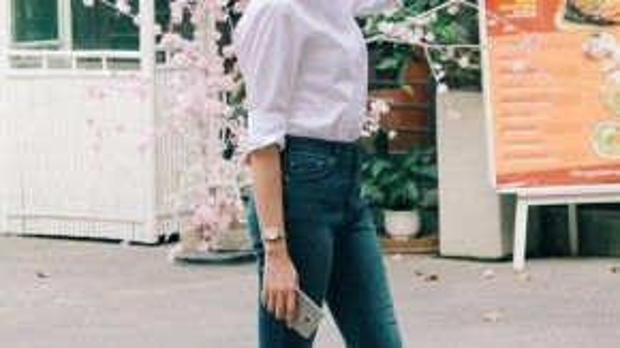 Đệ nhất chân dài Thanh Hằng tuy chỉ đơn giản với gam màu trắng-đen cơ bản như quần jeans skinny phối cùng áo sơ mi trắng, mắt kính gương kiểu dáng bắt mắt cùng giày oxford, nhưng vẫn tràn đầy sức sống.