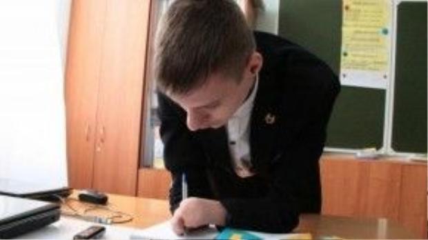 Không chấp nhận đầu hàng số phận, Alexey cố gắng sử dụng tất cả những gì mình có trong cuộc sống hàng ngày. Cậu có thể viết, có thể bưng đồ và giờ cậu có thể chơi cả piano nữa!