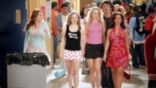 """""""Hai cô nàng phản diện"""" Rachel McAdams và Amanda Seyfried giờ đây rất được yêu mến vì tài năng, sắc đẹp và sự lành mạnh trong lối sống, trong khi Lindsay Lohan lại sa ngã và đang vật vờ với cái bóng của chính mình trong quá khứ."""