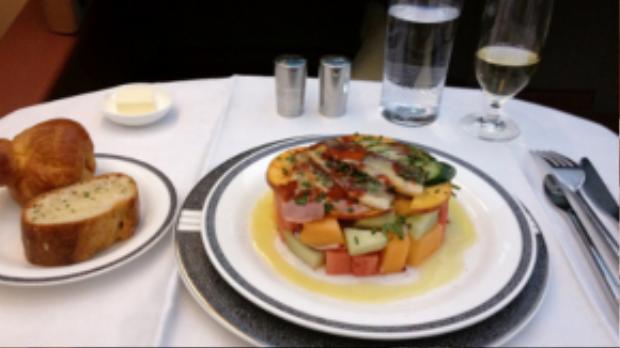 Còn ngồi hạng thương gia, hành khách sẽ được phục vụ món thịt vịt với salad, ăn kèm bánh mì, bơ và chút rượu.