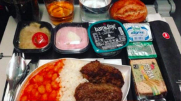 Bữa tối hạng phổ thông của hãng bay Thổ Nhĩ Kỳ đầy ắp cơm, sốt đậu và hai miếng thịt bò lớn, cùng với bánh mì và đồ tráng miệng.