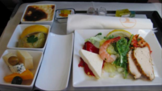 Khi đặt vé hạng thương gia của Turkish Airlines thì bạn sẽ ăn một đĩa ít hơn nhưng đầy chất lượng với món salad gà, tôm, pho mai ăn kèm và những phần tráng miệng hấp dẫn.