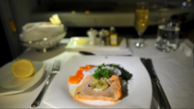 Lát cá hồi nhỏ thơm ngon dùng kèm với rượu champagne hảo hạng là phần ăn được phục vụ trên ghế hạng thương gia.