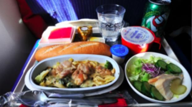Ẩm thực Pháp nổi tiếng tinh tế, và món ăn hạng phổ thông được phục vụ ở Air France cũng ngon lành không kém với phần mì ăn kèm thịt, một đĩa salad, bánh mì và pho mai.