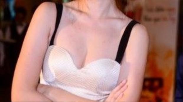 Dù đã trang điểm mắt mèo và màu môi hồng đào, thậm chí kết hợp chiếc váy có khoảng hở rộng ở phần ngực nhưng trông Hari Won vẫn luôn ngọt ngào, đáng yêu, chứ không quá gợi cảm.