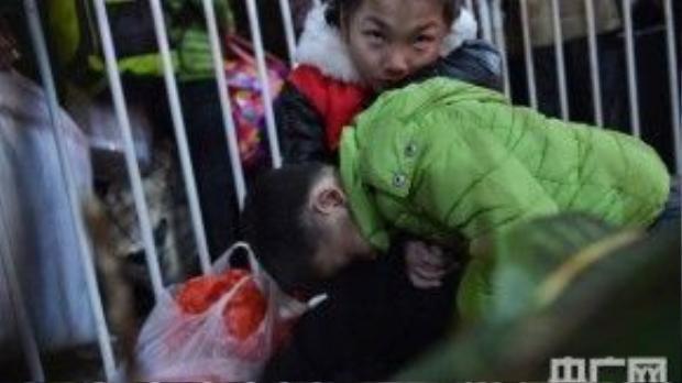 Cảnh tượng chen chúc kinh hoàng đã khiến nhiều đứa trẻ bật khóc nức nở.
