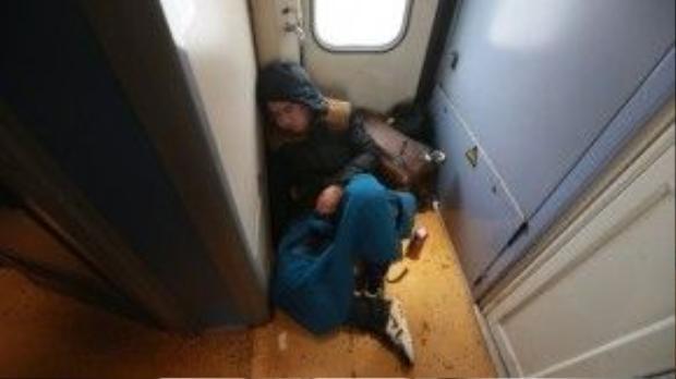 Nhiều người không mua được vé ngồi nên đành ngủ luôn trên đống hành lý của mình.