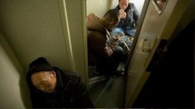 Một số người khác ngồi vạ vật ở tất cả những chỗ trống trên tàu.