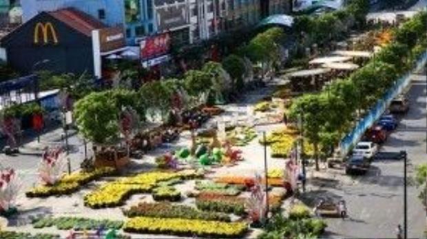 """Đường hoa Nguyễn Huệ tại quảng trường đi bộ dài 720 m, mang chủ đề """"TP HCM - Hòa bình, Thịnh vượng và Phát triển"""" đang trong giai đoạn hoàn thiện, chuẩn bị cho lễ khai mạc vào tối 5/2."""