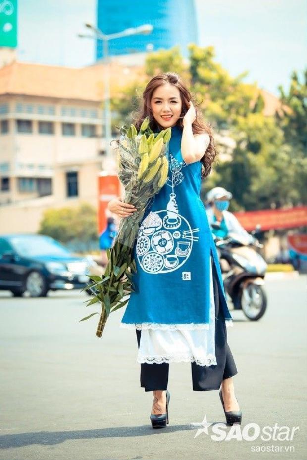 Phương Ly nổi bần bật với áo dài jean khác lạ dạo phố ngày Tết