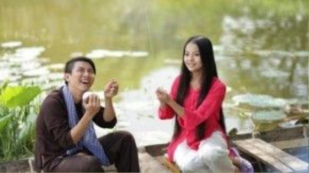 Hình ảnh khá lãng mạn và đậm chất miền Tây khi Hoài Lâm, Yu Dương cùng ngồi trên chiếc xuồng ba lá và thả diều.