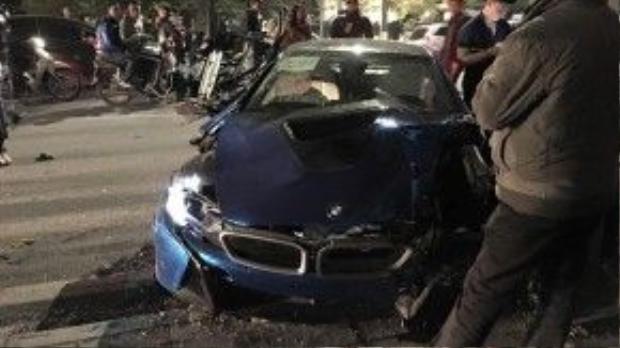 Chiếc BMW i8 màu xanh ngọc một lần nữa lại gặp tai nạn tại Hà Nội.