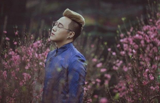 Trung Quân Idol khác lạ diện áo dài chụp ảnh giữa rừng đào