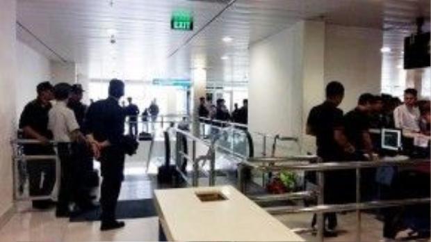 Nhân viên an ninh sân bay đến giữ gìn trật tự. Ảnh: N.Thương.