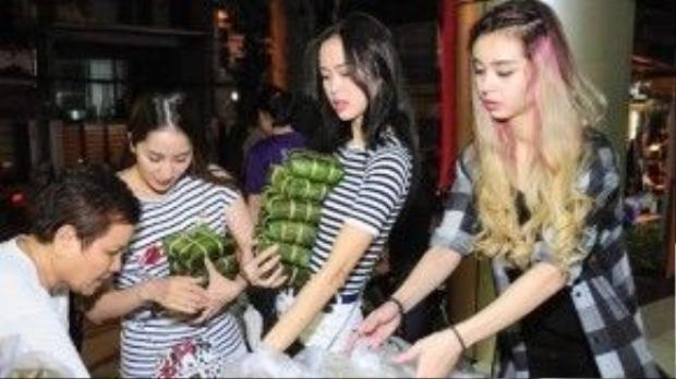 Những chiếc bánh chưng được cả ba cô trò tận tay bầy xếp.