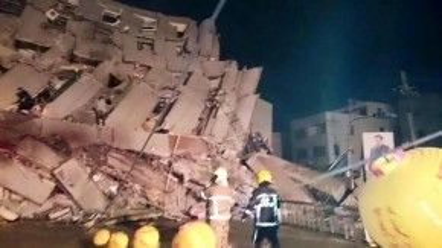 Chung cư 17 tầng đổ sụp sau cơn địa chấn.