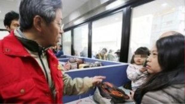 Cô Chien, phải, được ông Simon Chang, người đứng đầu cơ quan hành pháp Đài Loan, hỏi thăm. Ảnh: Focus Taiwan