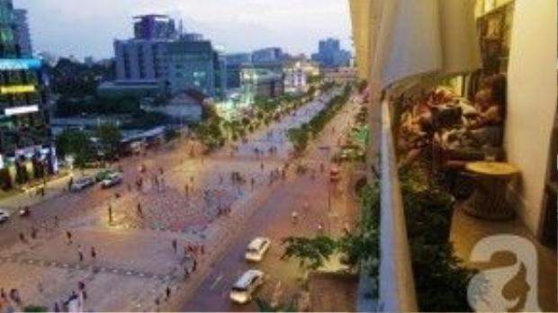 Góc nhìn từ ban công Sài Gòn ơi bao quát cả khu vực phố đi bộ, nhất là dịp Tết có thêm đường hoa Nguyễn Huệ. Ảnh: Afamily