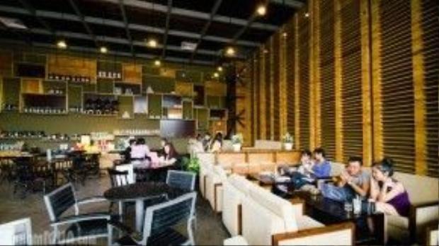 So với Phúc Long Express thì Phúc Long Coffee & Tea House có không gian rộng và thoáng đãng hơn, đặt tại Cresent Mall và SC Vivo City.