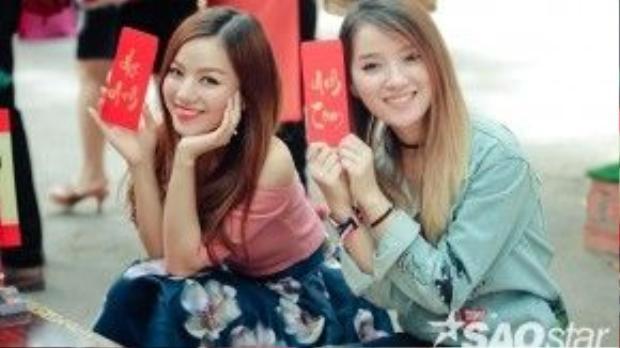 Hạ Anh (áo hồng) cùng chị gái tại phố ông đồ.