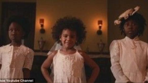 """Cô con gái 4 tuổi Blue Ivy Carter cũng xuất hiện trong MV với bộ váy trắng như thiên thần ám chỉ một sự việc trước đó khi mái tóc của Ivy bị cho là """"dơ"""" dù đó là mái tóc tự nhiên của người Mỹ da màu."""