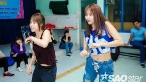 Minh Hằng nhờ vũ công Lan Nhi hướng dẫn lại một số động tác mà bản thân chưa thuộc lắm.