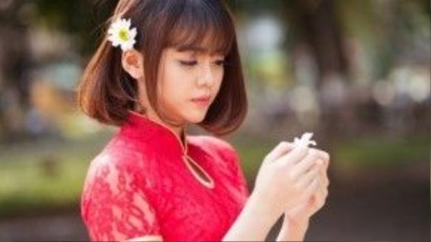 Thêm một chọn lựa khác với tà áo dài ngắn tay, bạn có thể chọn cho mình chiếc áo dài cách điệu với phần tay phối ren như cô bạn Thanh Mai.