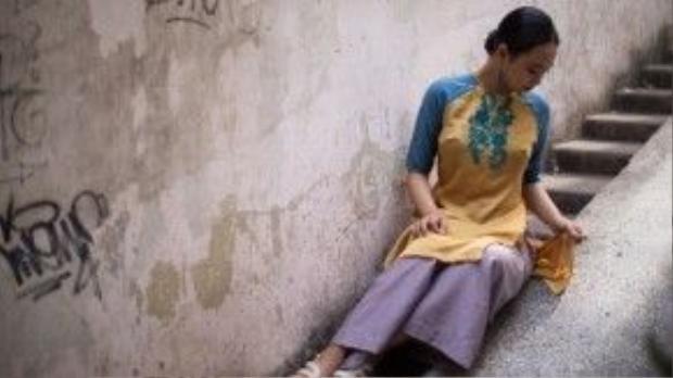 Minh Nghi, cô bạn nhiếp ảnh gia kiêmngười mẫu xinh đẹp lại chọn cho mình áo dài tay lỡ, kết hợp cùng quần khác màu tạo sự tương phản nhẹ trong trong phục mang nét xưa.