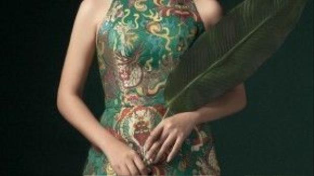 Chiếc áo với phần cổ và vai áo được cách điệu từ áo yếm, với chất liệu gấm điểm xuyết cùng hoa văn dệt kim khá nổi bật.