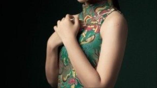 Diễn viên trẻ Mai Bảo Ngọc lại chọn cho mình phong cách ấn tượng hơn với chiếc đầm được cách điệu từ áo dài.