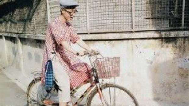 Anh bạn Châu Thế Phong lại có một cách diện áo dài khá mới lạ, kết hợp cùng nón bere và túi sọc, trông chàng có vẻ hoài cổ hơn.
