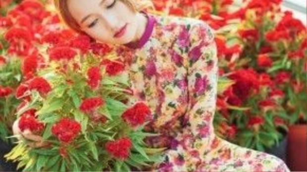 Điểm đặc biệt của tà áo dài nàng diện chính là nét chấm phá thi vị nơi cổ và tay áo, đường viền nhẹ màu hồng trông khá hài hòa so với tổng thể chiếc áo, một gợi ý không tồi dành cho các bạn gái yêu thích họa tiết hoa.